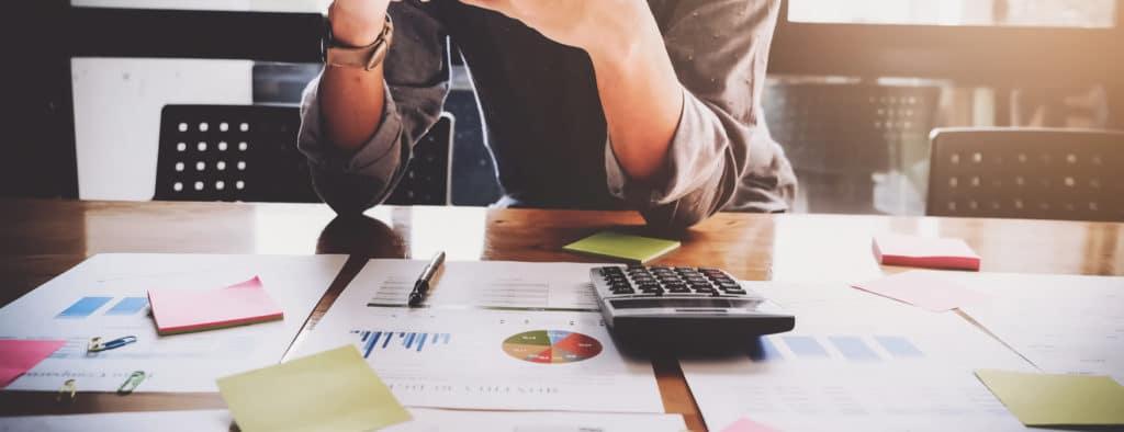 diferença entre auxiliar e assistente financeiro